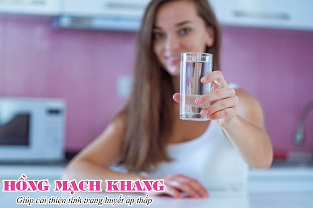 Uống đủ nước là cách đơn giản nhất để phòng tụt huyết áp do nắng nóng